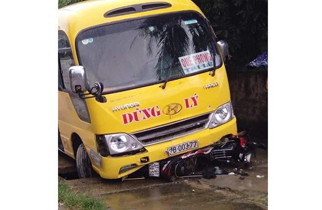 Tin tức tai nạn giao thông mới nhất hôm nay 16/10/2019: Xe tải tông xe khách, 16 người thương vong - ảnh 1