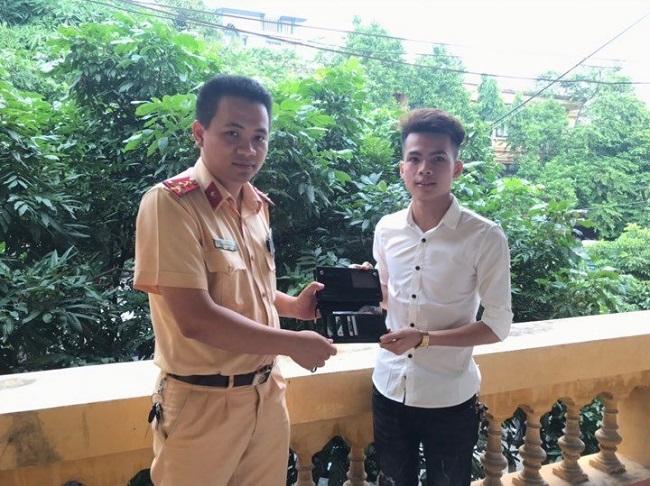 Người đàn ông xúc động khi được CSGT tỉnh Bắc Ninh tìm lại được chiếc ví đánh rơi - ảnh 1