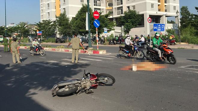 TP.HCM: Nam thợ hồ tử vong vì va chạm với xe ô tô đưa đón học sinh trên đường đi làm - ảnh 1
