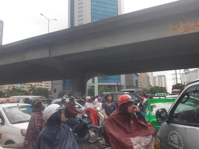 Hà Nội đón mưa dông vào giờ cao điểm, người dân di chuyển khó khăn vì tắc đường - ảnh 1