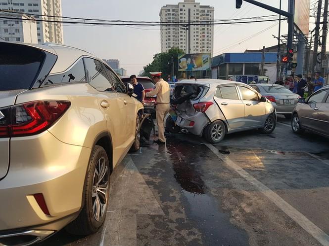 Hà Nội: Xe BMW gây tai nạn liên hoàn lúc rạng sáng, 5 người bị thương - ảnh 1