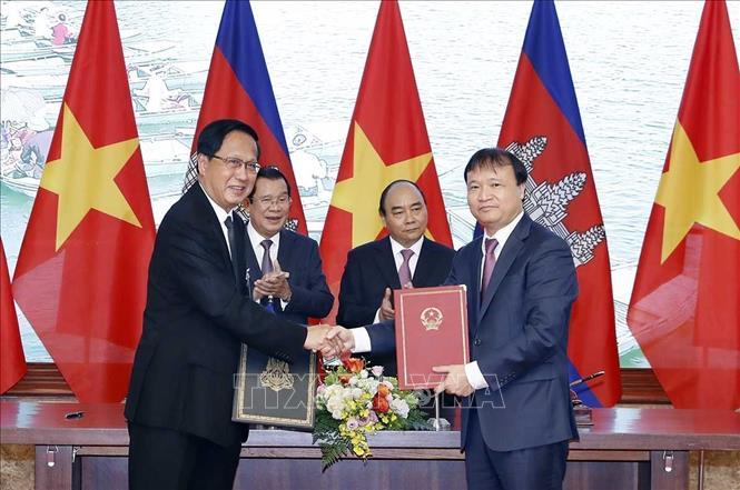 Thủ tướng Nguyễn Xuân Phúc và Thủ tướng Campuchia hội đàm và chứng kiến Lễ ký các văn kiện hợp tác - ảnh 1