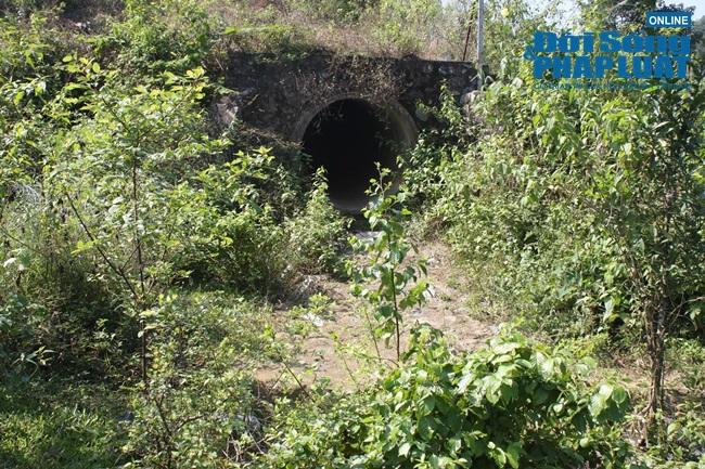 Cận cảnh bùn đen bám quanh suối trước cửa súc xả bể chứa nước sông Đà - ảnh 1