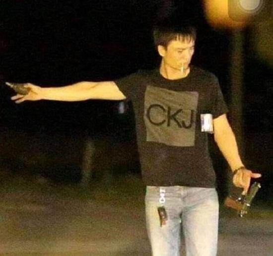 Vụ nhóm buôn ma túy ôm súng cố thủ trong xe ô tô ở Hà Tĩnh: Khởi tố, tạm giam 4 nghi phạm - ảnh 1