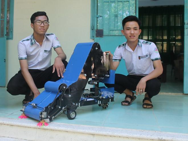 Bất ngờ với sáng chế máy thu gom nông sản  của 2 học sinh chỉ từ... 10 triệu đồng - Ảnh 1