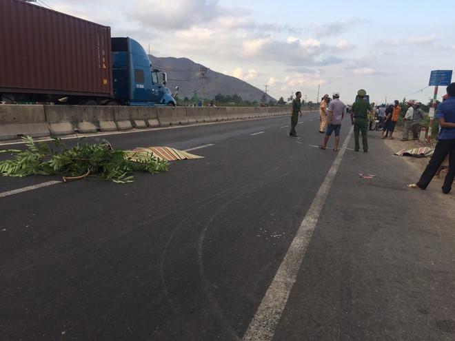 Tin tai nạn giao thông mới nhất ngày 20/4/2019: Cặp vợ chồng tử vong thương tâm dưới bánh xe khách - Ảnh 1
