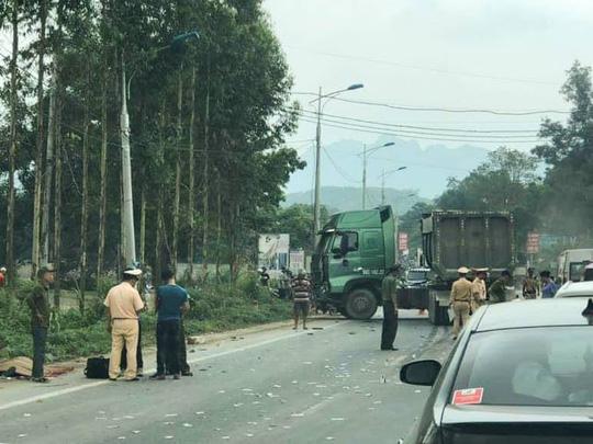 Tin tai nạn giao thông mới nhất ngày 30/4/2019: 2 bố con tử vong do va chạm với đoàn rước dâu - Ảnh 2