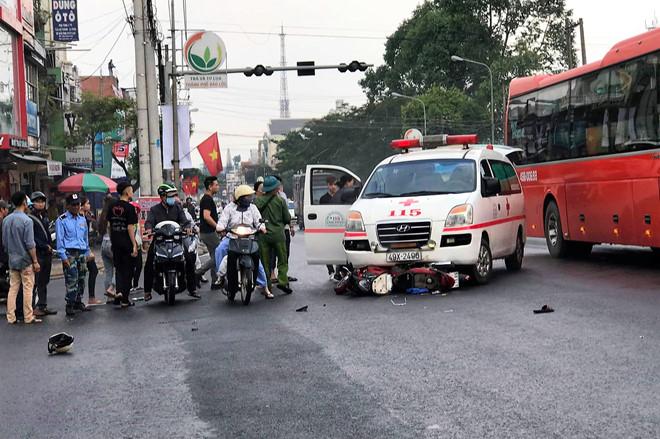 Tin tai nạn giao thông mới nhất ngày 9/4/2019: Xe container tông sập 3 nhà dân lúc rạng sáng - Ảnh 1