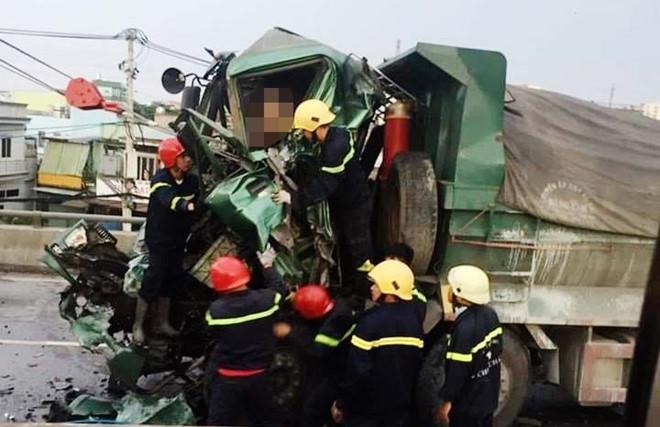 TP.HCM: Va chạm kinh hoàng trên cầu vượt, phá cabin đưa thi thể tài xế xe ben ra ngoài - Ảnh 2
