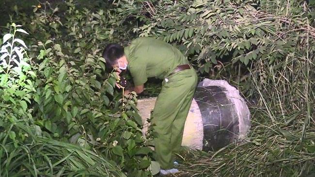 Vụ 2 thi thể giấu trong bê tông ở Bình Dương: Cận cảnh công an khám nghiệm hiện trường  - Ảnh 5