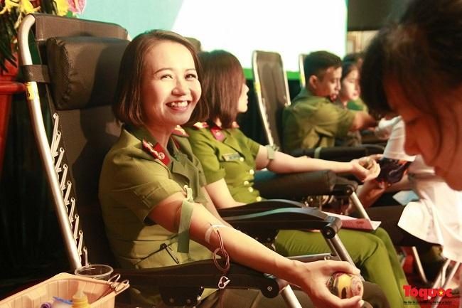 """Hà Nội: Hơn 1.000 cán bộ, chiến sỹ tham gia hiến máu """"nghĩa tình vì đồng đội thân yêu"""" - ảnh 1"""