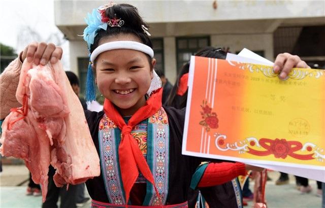 Học sinh giỏi mừng rỡ được tặng thịt lợn trong ngày bế giảng - ảnh 1
