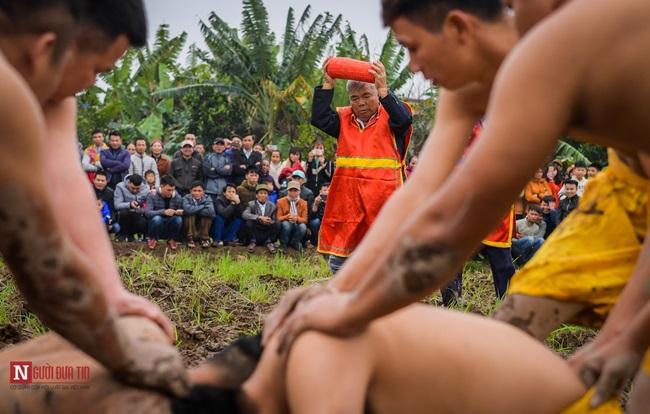 Trai làng Nam Định mình trần mặc khố cướp trái giữa ruộng bùn - ảnh 1