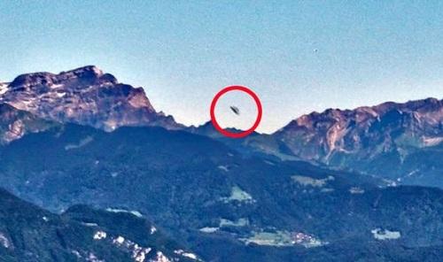 Bằng chứng người ngoài hành tinh: Phát hiện UFO rời khỏi căn cứ ở dãy Alps - Ảnh 1