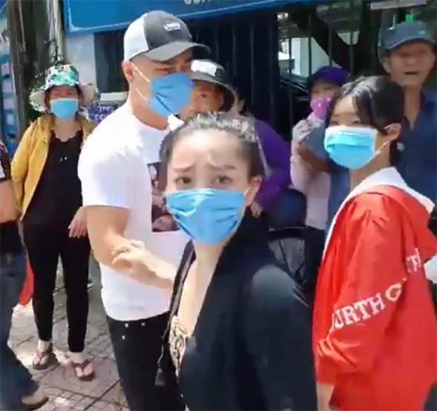Thực hư diễn viên Lê Dương Bảo Lâm bị đánh khi phát cơm từ thiện? - ảnh 1