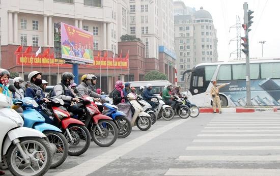 Xe máy, ô tô vượt đèn đỏ bị phạt tối đa bao nhiêu tiền? - ảnh 1