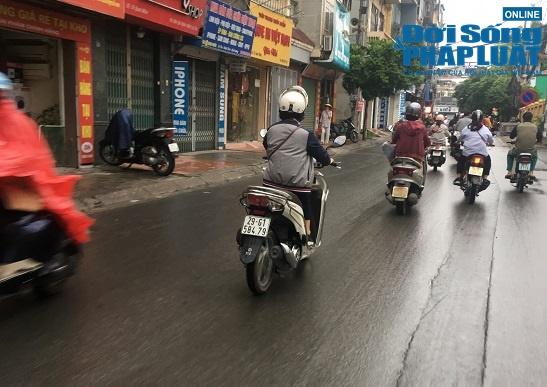 Nhiệt độ giảm đột ngột, người Hà Nội co ro trong mưa lạnh sáng sớm - ảnh 1