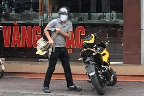 Vụ đối tượng bịt mặt cướp tiệm vàng ở Quảng Ninh: Công an cảnh báo người dân không tự ý truy bắt - ảnh 1