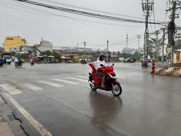 """Sau nhiều ngày nắng nóng, TP. Hồ Chí Minh đón mưa """"vàng"""" giải nhiệt - Ảnh 1"""