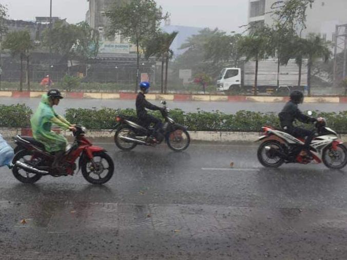 """Sau nhiều ngày nắng nóng, TP. Hồ Chí Minh đón mưa """"vàng"""" giải nhiệt - Ảnh 3"""