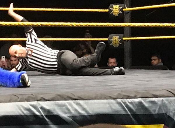Trọng tài WWE nén nỗi đau gãy chân để hoàn thành trận đấu - Ảnh 1