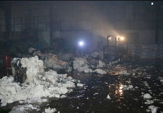 """Binh Dương: """"Bà hỏa"""" ghé thăm, công ty sản xuất bông gòn bị thiêu rụi trong đêm - Ảnh 2"""
