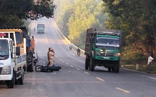Đà Nẵng: Hai thanh niên nguy kịch sau cú tông cực mạnh vào đuôi xe tải - Ảnh 1