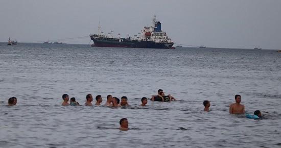 Tích cực tìm kiếm cán bộ y tế bị sóng cuốn mất tích trên biển Cửa Hội - ảnh 1
