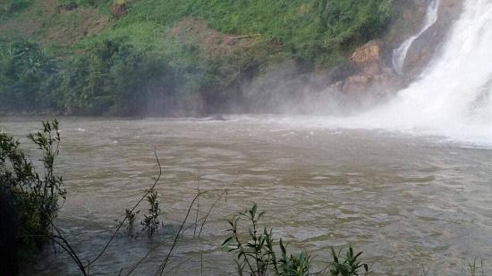 Tích cực tìm kiếm 3 thanh niên bị nước cuốn mất tích khi tắm thác ở Gia Lai - ảnh 1