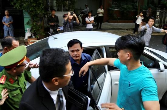 Xét xử ông Nguyễn Hữu Linh tội dâm ô: Gia đình bị hại tiếp tục vắng mặt tại tòa - ảnh 1