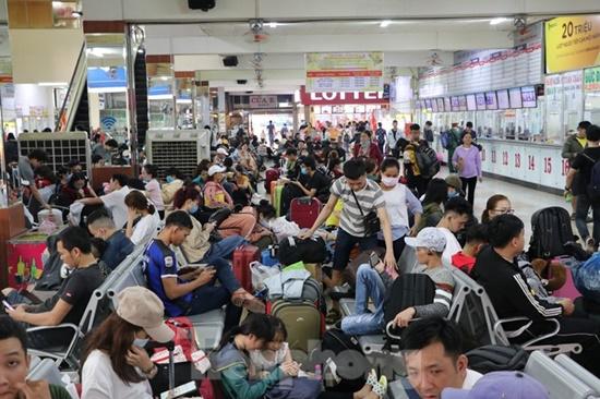 Hàng nghìn người dân đổ về bến xe lớn nhất TP.HCM ngày cận Tết - ảnh 1