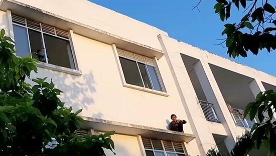 Tin tức thời sự mới nóng nhất hôm nay 23/1/2020: Giải cứu thành công bệnh nhân đòi nhảy lầu - ảnh 1