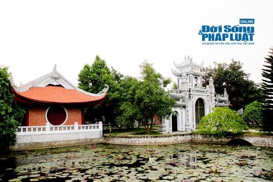 Cổng tam quan mới kiến tạo của đền thờ Tổ dòng họ Vũ.