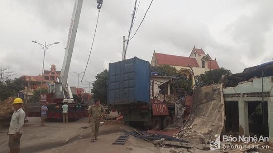 Container đậm sập 3 nhà dân lúc rạng sáng, cả gia đình ôm nhau bỏ chạy - ảnh 1