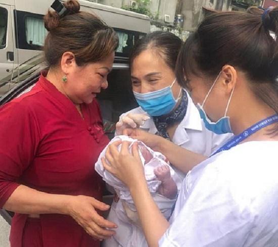 Sản phụ vỡ ối, đang đến viện thì tắc đường, nhân viên CDC Hà Nội đỡ đẻ ngay trên taxi - ảnh 1