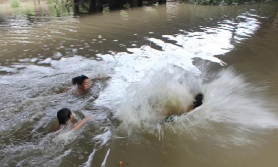 Xót xa hai anh em chết đuối thương tâm khi đi tắm đập - ảnh 1