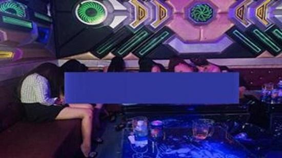 Phát hiện nhiều nữ tiếp viên múa thoát y trong quán karaoke giá thấp nhất 500.000 đồng/lượt - ảnh 1