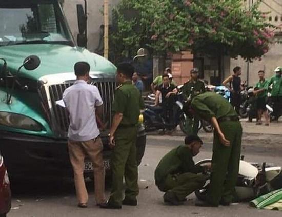 Xe máy va chạm kinh hoàng với container, chiến sĩ công an tử vong tại chỗ - ảnh 1