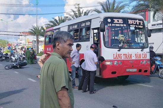 Bị xe buýt cuốn vào gầm, cụ ông 80 tuổi tử vong thương tâm - ảnh 1