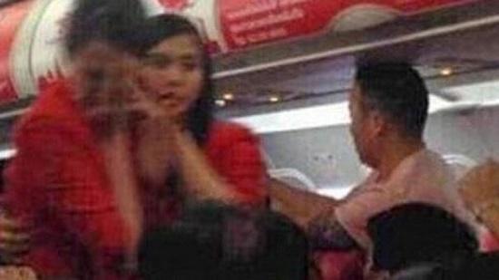Ném điện thoại vào tiếp viên hàng không, nữ hành khách nhận kết đắng chát - ảnh 1