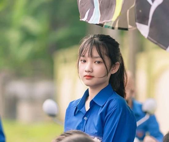 """Đi tình nguyện kỳ thi tốt nghiệp THPT 2020, nữ sinh phố núi """"gây bão"""" với vẻ đẹp trong veo - ảnh 1"""