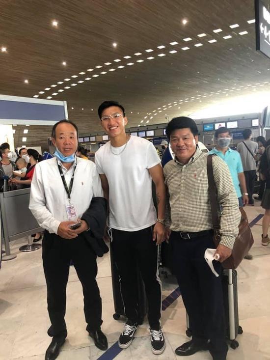 Chùm ảnh: Đoàn Văn Hậu về Việt Nam trên chuyến bay từ Pháp, chuẩn bị cách ly 14 ngày - ảnh 1