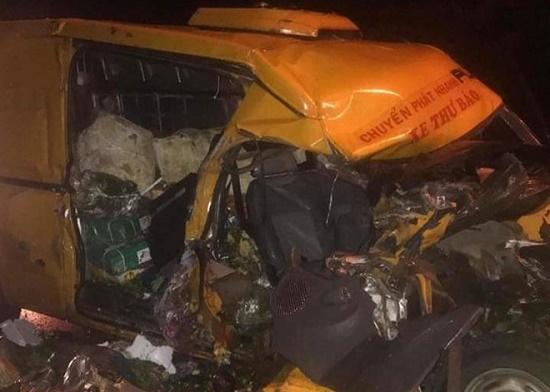 Xe tải tông trực diện xe thư báo lúc rạng sáng, 3 người thương vong - ảnh 1