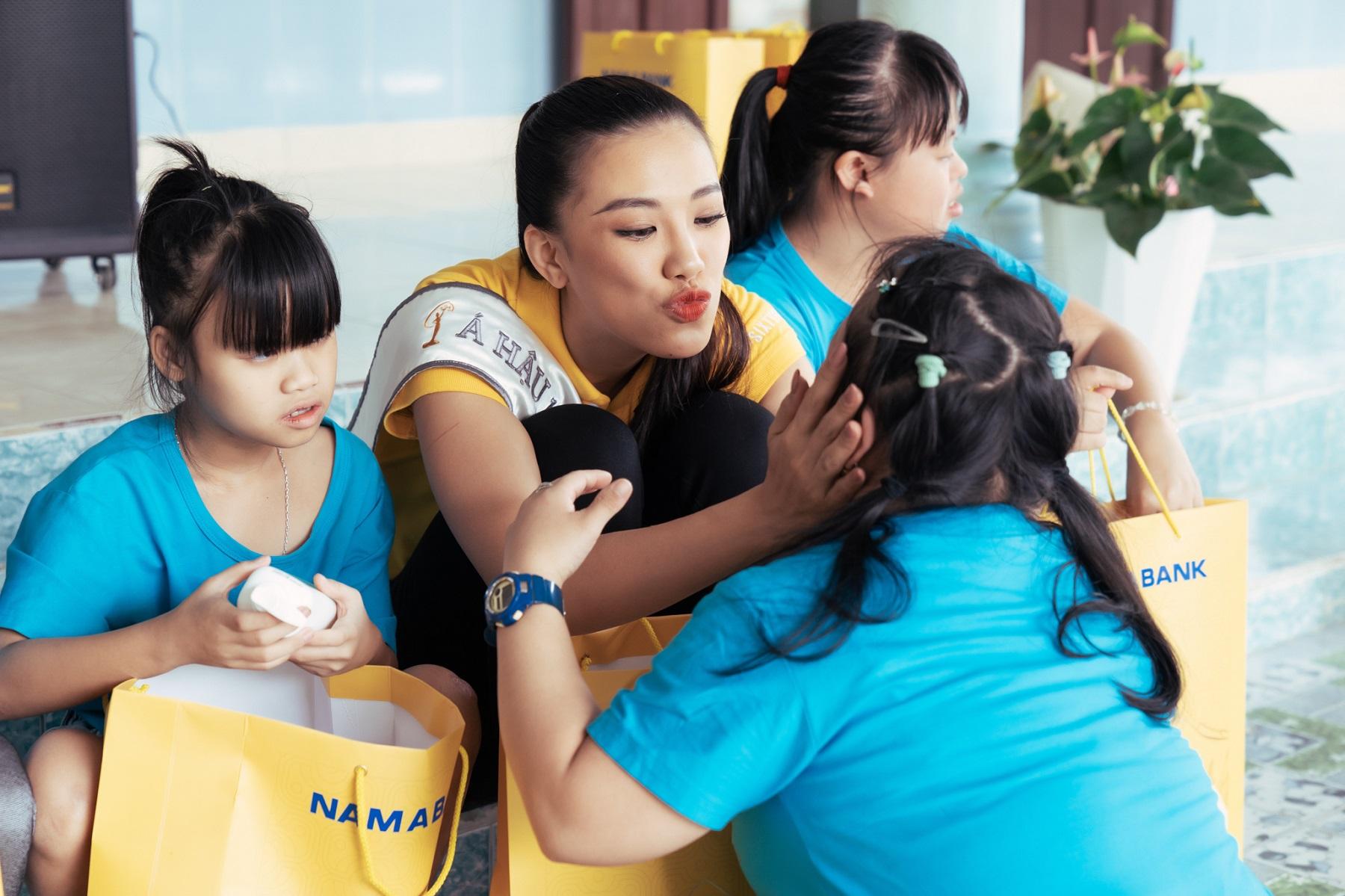 Nam A Bank đồng hành cùng Tân Hoa hậu Hoàn vũ Việt Nam 2019 trao quà cho trẻ em tại mái ấm hy vọng  - ảnh 1