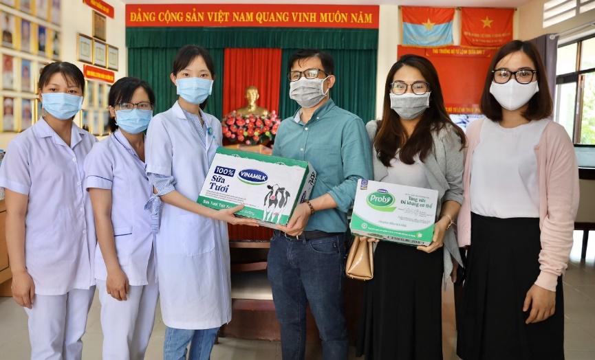 Vinamilk hỗ trợ 1 tỷ đồng tăng cường sản phẩm dinh dưỡng cho các y bác sỹ và bệnh nhân bệnh viện Bạch Mai  - ảnh 1