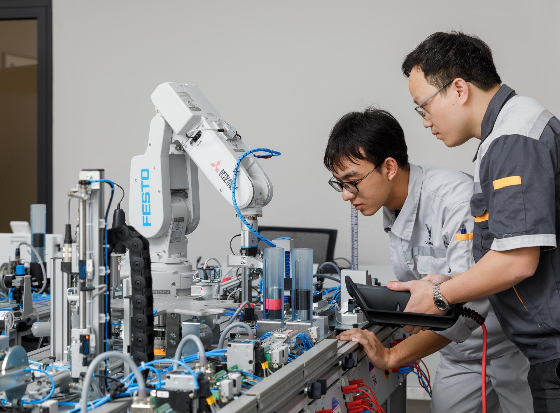 VinFast hợp tác đào tạo cao đẳng chuyên ngành cơ điện tử và kỹ thuật ô tô  - ảnh 1