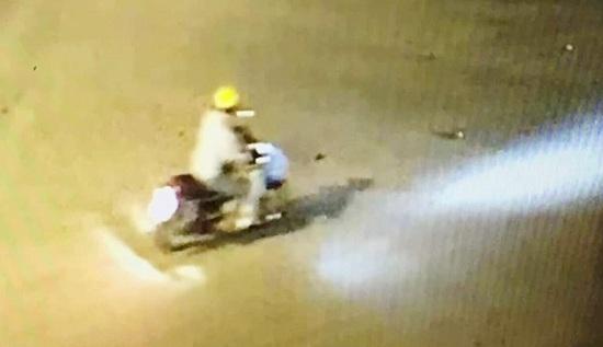 Công bố đặc điểm nhận dạng kẻ cướp xe máy, giết bảo vệ trụ sở Bảo hiểm xã hội ở Nghệ An - ảnh 1