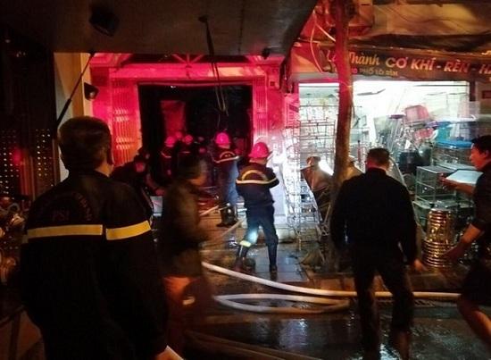 Hà Nội: Cứu sống 2 người cao tuổi mắc kẹt trong đám cháy lớn trên phố Lò Rèn - ảnh 1