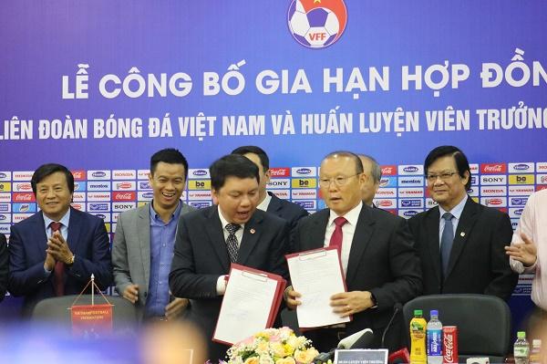 Những hình ảnh đầu tiên tại lễ kí kết gia hạn hợp đồng giữa VFF và HLV Park Hang Seo - ảnh 1