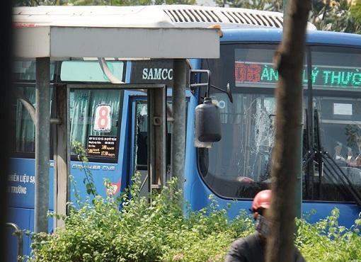 """Vụ """"giang hồ"""" cầm hung khí đập phá xe buýt ở TP.HCM: Công an vào cuộc điều tra - ảnh 1"""